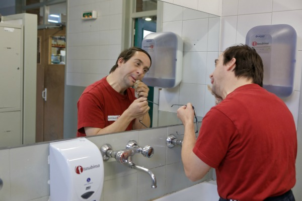usuario de Tasubinsa se lava la boca