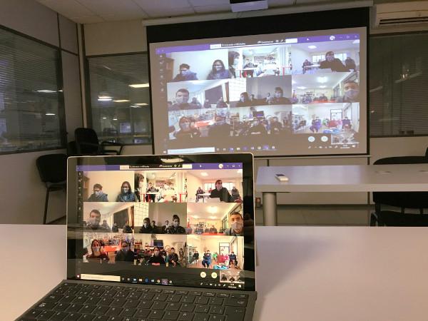 Pantalla del ordenador, con una videoconferencia entre los centros de Tasubinsa.