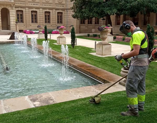 Personal de TASUBINSA realiza trabajos de mantenimiento de los jardines del Palacio de Navarra